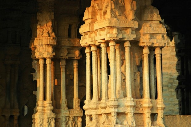 1024px-The_musical_pillars,_Vijaya_Vittala_Temple_Hampi